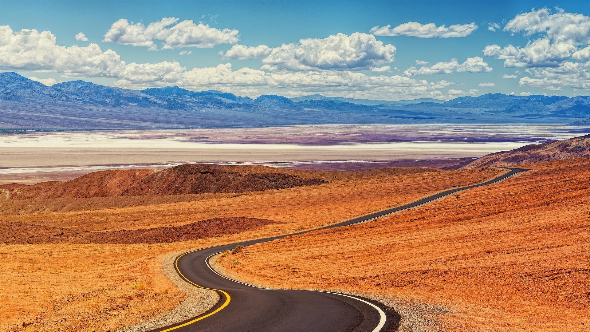 route qui serpente dans le désert