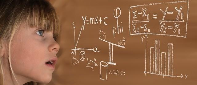 petite fille et tableau de formules